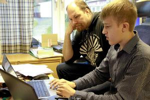 Fredrik Hassel, lärare på Bergsjö skola, vill att Aron Bergman ska berätta för andra elever om apputveckling