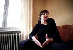 Lena Skogens bodde i Östersund även åren 1972–1976, då hon läste till socionom. Nu veckopendlar hon hem till Älvkarhed i södra Hälsingland, och till maken Olle.