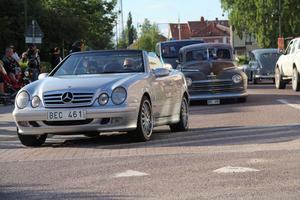 Bilarna körde längs Långgatan och Gamla Faluvägen i centrala Edsbyn.