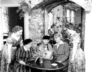 Fint dambesök på Kafé Fågelsång 1956. Greta Winström, Ester von Friesendorff och Anna Andersson i Klerkäng flankerade av dåvarande kaféinnehavarna, svägerskorna Ingrid Ohlsson och Gunborg Ljungdahl (sedermera Johansson).