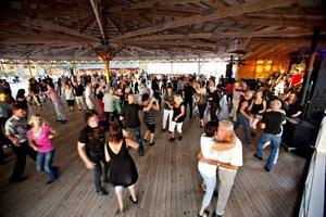 Dansen började vid åttatiden. Allt eftersom kvällen gick kom och fler.