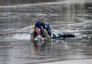 Så här gick det när LT:s reporter Jalmar Carlson gav sig ut på skör is 2008. 50 meter från badbryggan vid Eklundsnäs brast isen men han lyckades rädda både sig själv och sitt reporterblock.