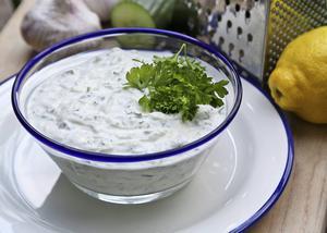Tsatsiki ska vara frisk i smaken. Använd inte alltför fet yoghurt och skruva gärna upp smaken med rivet citronskal.