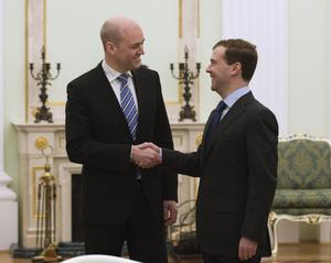 Möte i Moskva. Statsminister Fredrik Reinfeldt och den ryske presidenten Dmitrij Medvedev skakar hand i Kreml.FOTO: SCANPIX