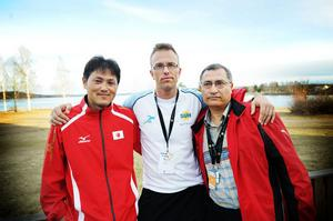 Japanske överledaren Akihiro Inoue och hans tunisiske kollega Mohamed Salah Besbes tillsammans med den svenske förbundskaptenen Magnus Olsson (i mitten).