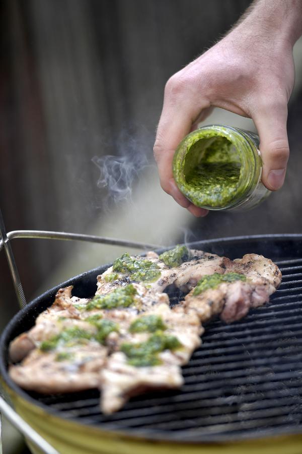 Lägg pesto på kycklingen när de grillas.