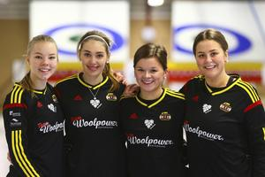 Östersund Woolpower slog till med överraskande starkt spel i elitseriepremiären i Norrköping. Laget vann fyra av sina sju matcher och är delad trea inför det andra sammandraget. Här ser vi laget: Sofie Bergman, Sandra Ljungberg, Emma Sjödin och Tova Sundberg.