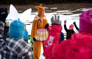 Den glömska påskharen fick hjälp av Björkbackaskolans yngsta elever i sökandet efter sina påskägg.