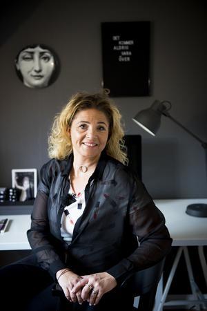 Marie är kommunikations-och marknadsansvarig i Timrå kommun och hon pendlar till jobbet. Men ibland jobbar hon hemifrån  och då sitter hon i kontoret som går i vitt, svart och grått.
