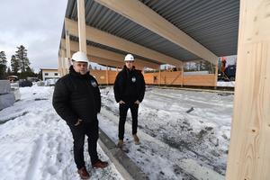 Ett nytt bussgarage tar form med Byggmästers VD Niclas Schedwin och platschef Pontus Johansson.