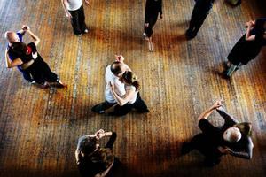 """Den argentinska tangon utvecklades i Argentina och Uruguay under sent 1800-tal av en blandning av människor med olika ursprung. 1910 hade dansen                spridit sig till Paris och därifrån utvecklades den europeiska tangon. """"Argentinsk tango är bara en social dans och man tävlar aldrig i det. Men det gör man i den europeiska tangon"""", säger Bertil Eriksson."""
