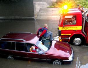 Den 22 juli 2002 blev Mikael och Mariqa Puusaari fast i vattenmassorna under bron.