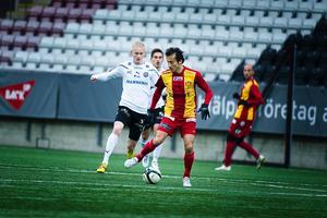 Kalle Holmberg i kamp med Louay Chanko.