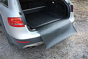 En dubbelsidig lastmatta (tyg/gummi) som täcker lastgolvet även med baksätet fällt kostar 1 300 kr.