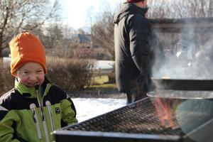 Karl-Axel Styf, 6 år, väntar på att få en kolbulle serverad.