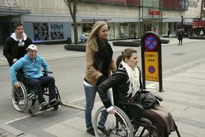 Rudbeckeleverna Tobias Marcusson, Joel Ågren, Linnéa Åberg och Emma Iggström testar hur det går att ta sig fram med rullstol i centrala Västerås. FOTO: HANNA OSCARSSON