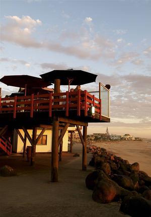 Vid lagunen Walvis Bay utanför den tyskinspirerade hamnstaden Swakopmund ligger den omskrivna restaurangen The Raft på en gammal ranglig träpir.   Foto: Jörgen Ulvsgärd