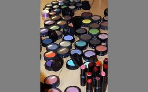 Färgchock i ögonskuggor och läppstift. FOTO: ANGELICA LINDVALL