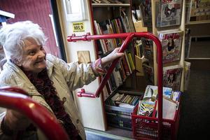 Ella Lind har lånat böcker på Bokbussen ändå sedan den körde till Sidskogen för första gången, för mer än 35 år sedan.