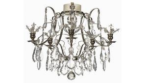 I ett äldre hus kan en ljuskrona bli pricken över i:et. Numera finns det kristallkronor tillverkade för att klara badrumsmiljön. Den här kronan kommer från Krebs Kristallkronor.