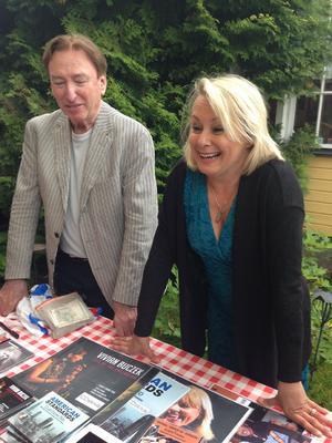 Glad bluesdrottning. Louise Hoffsten säljer sina Elvisskivor i pausen, tillsammans med pianisten Claes Crona.