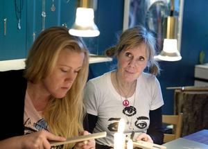 Processoperatören Sophie Jakobsson och barnskötaren Birgitta Wallin i djup koncentration.