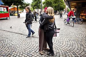 Madeleine Flodin tar tacksamt emot JElin Höglunds gratiskram.