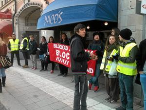 I Blockad. Sedan tre veckor tillbaka ligger SAC Syndikalisterna och Pacos i konflikt om en fackmedlem. Ingen av parterna tänker ge sig och nu fortsätter blockaderna mot restaurangen vid Järntorget i Örebro.