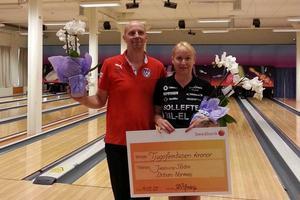 Urban Norman (Vilhelmina IK) och Jessica Ström (BK Laxen, Sollefteå) har precis fått prischecken på hela 25 000 kronor som bevis för vinsten i den populära bowlingtävlingen Bollnäsmixen.