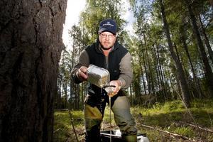 Mikael Hjärpsgård silar ut insekterna som fångats i fällan.