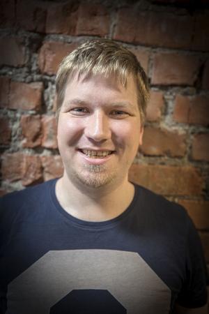 Tusenkonstnären Daniel testar gärna på det mesta och diktar gärna, men i så fall på norska.