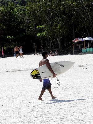Tre timmar från Rio de Janeiro ligger den gamla fängelseön Ilha Grande. Ta en surflektion på paradisstranden Lopes Mendes.