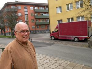 Riskabel gata. Det tycker Hans Lindqvist om Bondebacken. Gatan är smal, vilket får bilister att köra på cykelbanan som löper parallellt.Foto: Yngve Fredriksson