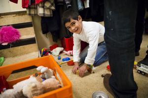 Barnfamiljer brukar ofta komma till Betlehemskyrkan när de håller öppet på onsdagskvällar. Lille Allan passar på att leka medan hans familj pratar med rådgivarna.