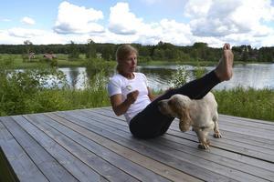 Veronica Hedlund och hunden Buster visar en av övningarna som man kan göra när man tränar Cross Nature med hund.