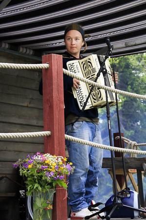 Den välkände spelmannen Spik-Anders från Dalarna underhöll publiken med fin dragspelsmusik.