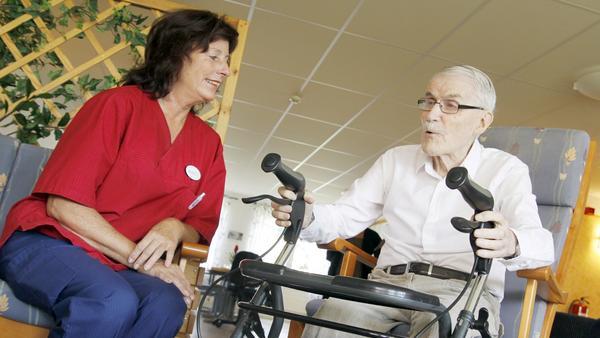 Trygg. 90-årige Börje Ericsson har bott på äldreboendet Trädgården i två år. Han berättar att han känner sig trygg med personalen och de riskbedömningar som görs. Här samtalar han med undersköterskan Rosita Forssander.