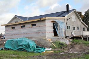 Lokala entreprenörer tas in för att bygga ut Bergsjös gym. Betonggolvet täcks med en specialgolvmatta med optimal svikt. Invigning.om en dryg månad.