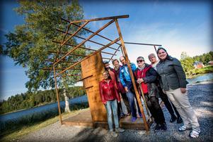 Anna Andersson, Fredrik Larsson, Karin Skoglund, Börje Göransson, Hjördis Ek, Lena Hermansson och projektledare Johanna Bylander är några av kulturarvsdagens eldsjälar, här samlade vid Birger Norman-monumentet på Svanö.
