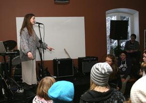 Ett melodiskt avbrott i rockmusiken stod Linnea Martinsson för. Hon har tidigare varit elev vid Ala och behållit sin skönsjungande strupe för ett och annat gästspel.