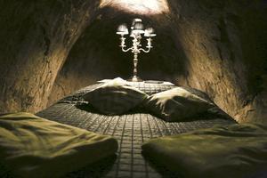 Djup sömn. Du slipper garanterat störande grannar när du övernattar i detta rum djupt nere i Sala silvergruva. Om du inte tror på Gruvfrun, vill säga. Foto: Adam Sjöborg