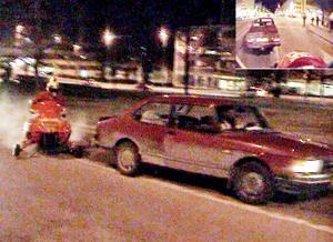 Här har skotern precis kört genom elden på körbanan och är farligt nära att köra in i baken på en bil.