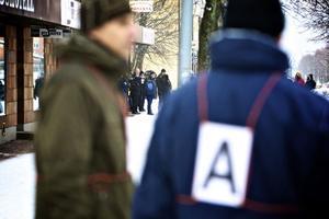 Mellan två polisstatister skymtar bland annat den huvudmisstänkte 22-åringens advokat Björn Henriques.