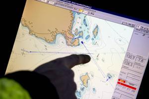 Kent Bouvin visar mötesplatsen på det elektroniska sjökortet i lotsbåten.
