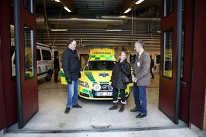 Per Wahlberg (M) kräver besked om alla trasiga ambulanser. Här syns han tillsammans med Jacomina Beertema och Göran Sjögren vid en visning av nya fordon i vintras.