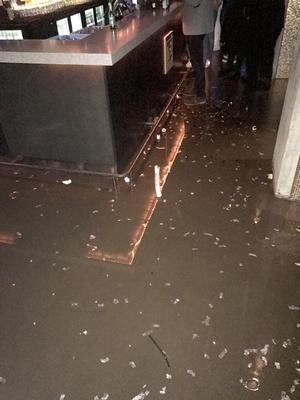Så här såg det ut inne på Publik när sprinklers sprutade vatten. Golven blev täckta av vatten.