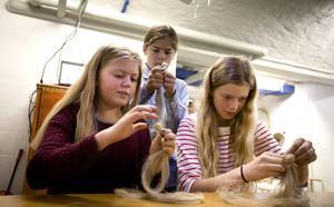 Emma Danielsson, Philip Johansson och Saga Larsson från Njutånger skola gjorde dockor av lin när de besökte Hälsinglands musieum i ett skapande-skolaprojekt i oktober förra året.