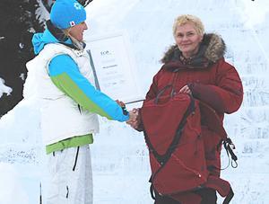 Eva Askulv tar emot priset för ryggsäcken, gjord av nylon från fisknät och mattor, vid prisceremonin i Garmisch. Foto: Klättermusen