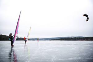 Snöfri is och tillräcklig vind krävs för issurfingen som Mattias Öjenhed och Andreas Johansson ägnar sig åt - något som sällan sker. I bakgrunden Anderas Granbom på skridskor med kite.