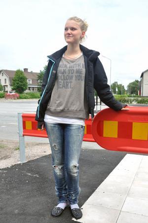 PÅ PROMENAD. Hanna Adomeit, 17 år är en av dem som tycker att torget i Skärplinge är bra som det är.
